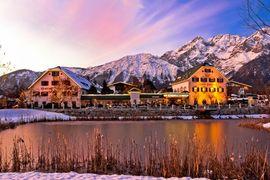 Alpenresort Schwarz Abenddämmerung Winter