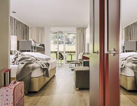 "Hotel Zimmer: ""75er"" FamilySuite - Holz - Mia Alpina"