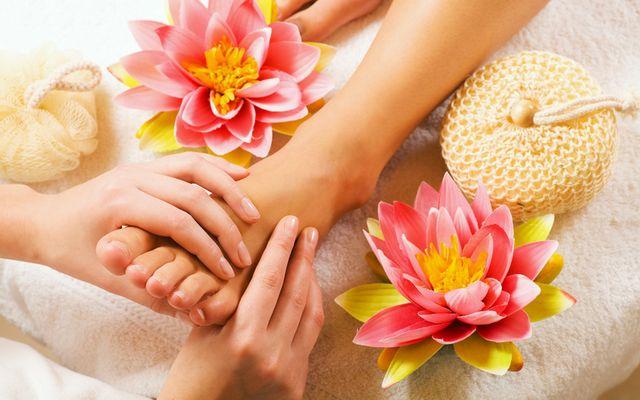 Crystal foot massage with herbal foot bath - Mia Alpina