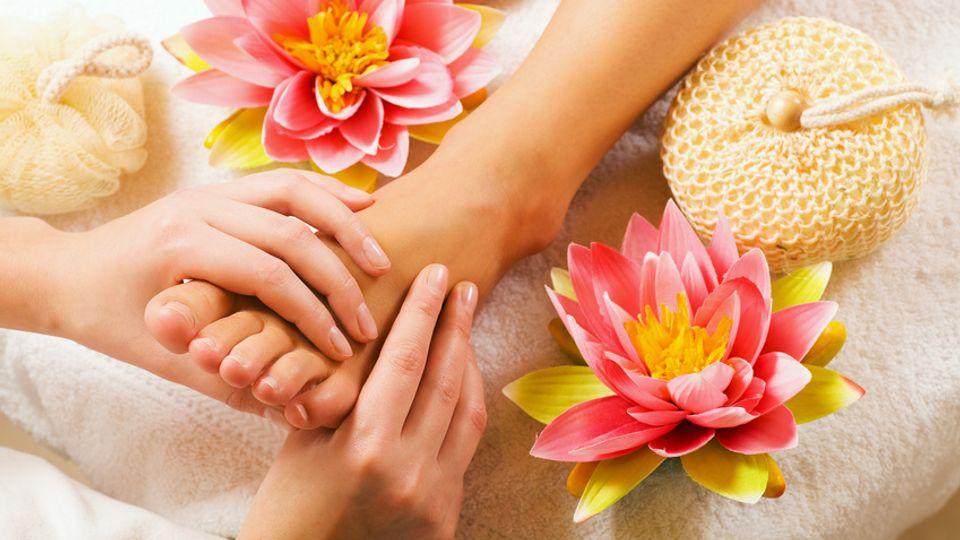 """Massage des pieds """" cristal """" avec un bain de pieds à base de plantes"""