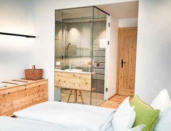 Doppelzimmer mit Balkon und seitlichem Seeblick im Haupthaus - Biohotel Gralhof
