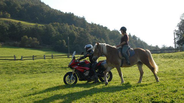 Cavalcare ed andare in moto