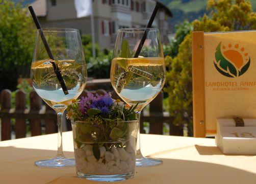 BIO HOTEL Anna: Weinspritzer - Landhotel Anna & Reiterhof Vill, Schlanders, Vinschgau, Trentino-Südtirol, Italien