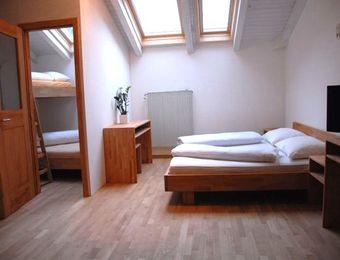 Bio-Mehrbettzimmer mit Dachfenster - Landhotel Anna & Reiterhof Vill