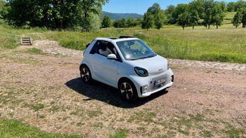 Weißer smart EQ fortwo Cabrio zum mieten steht auf einem Feldweg