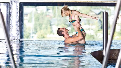 Genießen Sie den Badespaß in unserem Panorama-Hallenbad.
