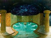 Romantic show nella piscina con acqua salina
