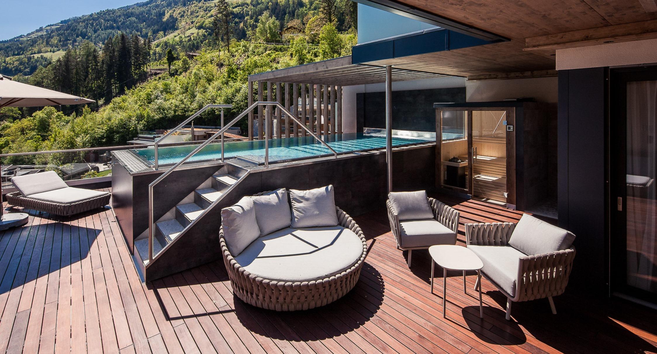 Hotelzimmer mit whirlpool auf terrasse italien wohn design for Design wellnesshotel sudtirol