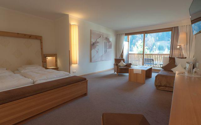 Zimmer Wellness Junior Suite Hotel Mein Almhof Nauders Reschenpass TirolKlares Design, hochwertige natürliche Materialen, größzuige Raumaufteilung und Blick ins Engadin auf die Samnaun Gruppe Berge-7.jpg