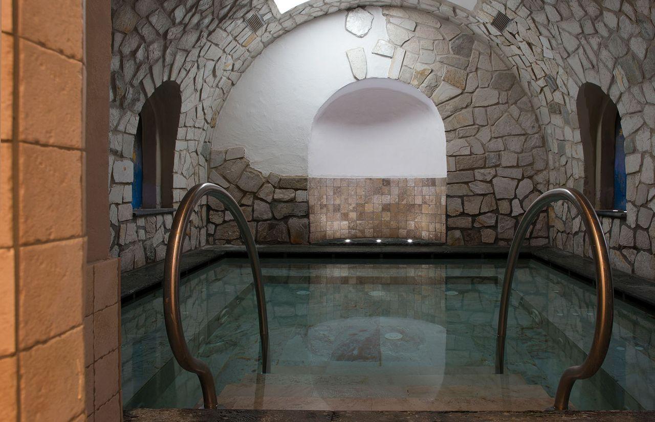 Familienhotel_Dolomit_Family_Resort_Alpenhof_Grotte.jpg