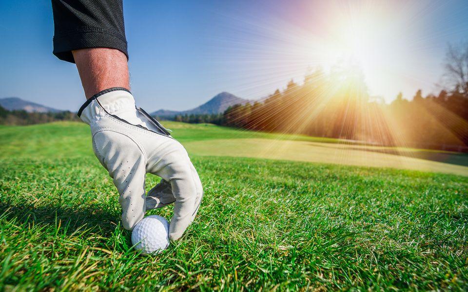 Platzierung eines Golfballs im Rasen
