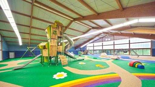 Der Spielplatz bietet vielfältige Spielgeräte: einen Turm mit drei Rutschen, eine Schaukelschlange oder eine Elefanten-Wippe.