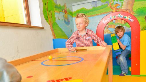 Kinderspielzimmer mit Rutsche sowie einen Baby- und Kleinkinderbereich