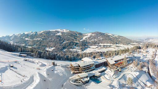 Hausansicht Winter - Lage mitten im Skigebiet