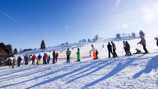 Rodeln, Schneeschuhwandern, Schneeballschlacht und vieles mehr im Familotel Am Rennsteig.