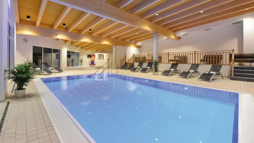 Das Hallenbad im Familotel Ebbinghof verfügt über ein warmes Plantschbecken für kleine Kinder und ein Schwimmbecken.