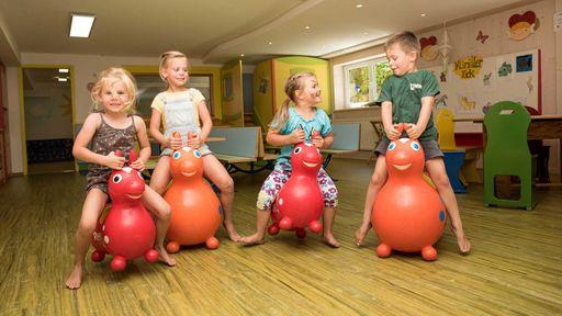 Spezielle Kinderprogramme für jede Altersgruppe sorgen für Abwechslung im Familotel Krone.