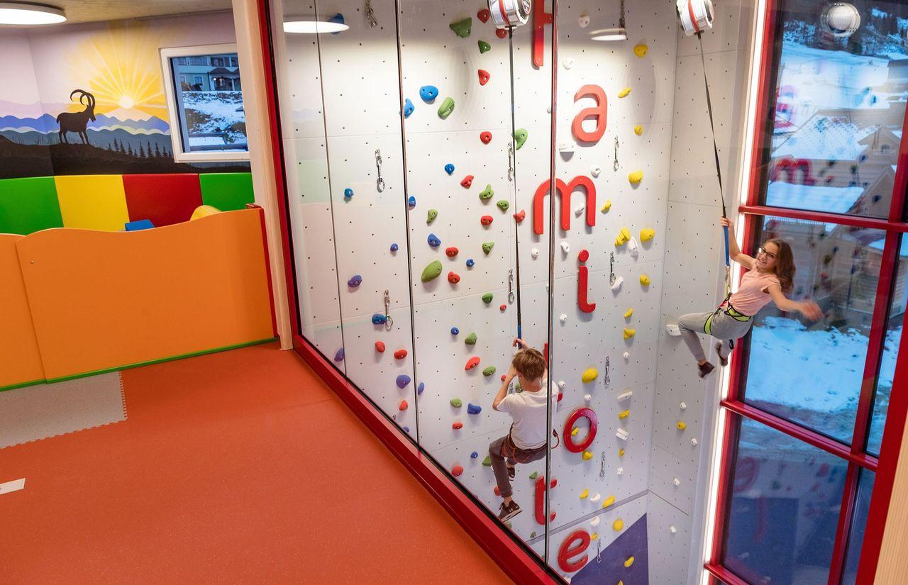 kletterwand-happy-club-familotel-salzburg-kinderbetreuung.jpg