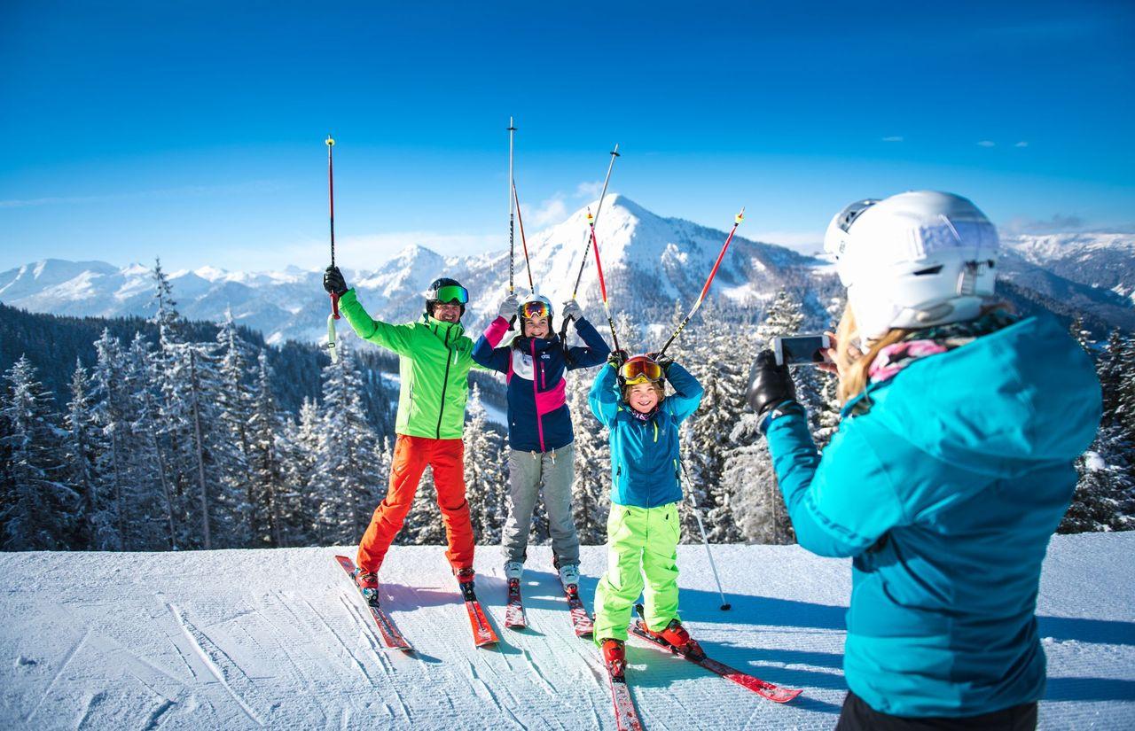 familie-skifahren_urlaub_winter.jpg