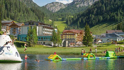 Erkunden Sie den Erlebnisbadesee in Eben im Pongau mit Wasserrutschen, Kinder becken, Spielplatz uvm.