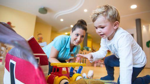 Jeden Tag eine professionelle Babybetreuung im Familotel Huber.