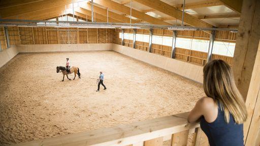 Reiterurlaub in unserer hoteleigenen Reithalle im Turniermaß auf dem Schreinerhof in Bayern genießen.