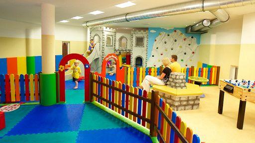 Zum Spielen, Toben und Lachen. Viel Spaß im 90 m2 großen Indoor-Spielbereich im Familotel Hopfgarten.
