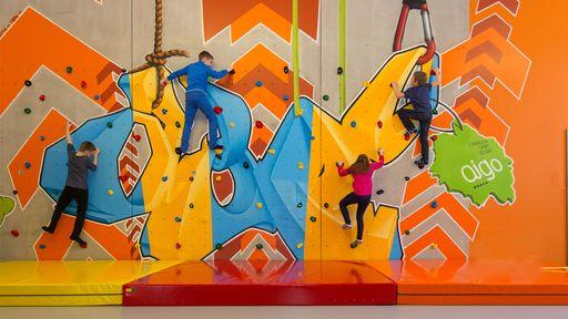 Unser Indoor Funpark mit Klettertürmen, Rutschen und Softplay Labyrinth garantiert Spaß & Action.