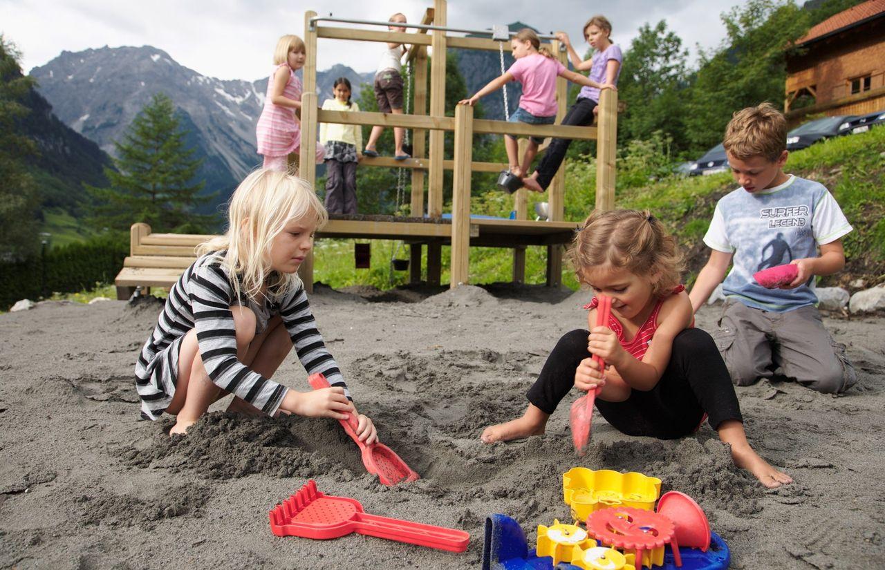 Kinderbetreuung und Spielplatz mit Riesenrutsche