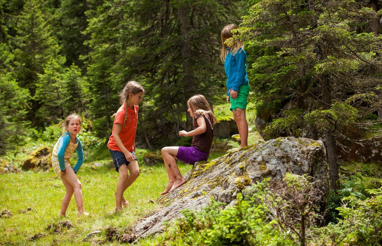 Kinder haben Spaß am Waldrand