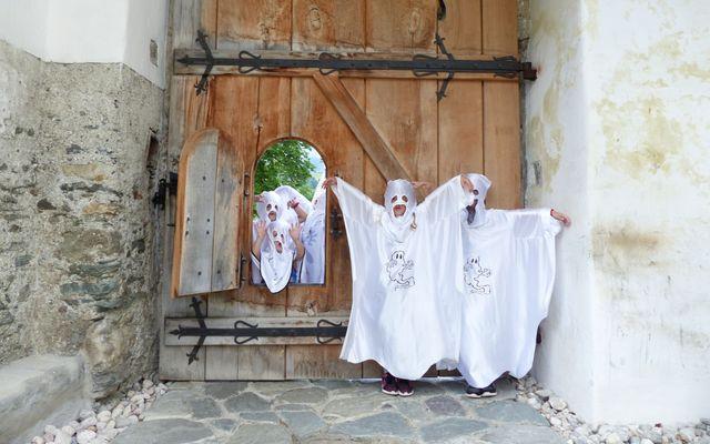 Kinder als Geister verkleidet
