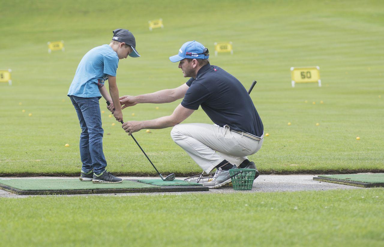 Kind beim Golf spielen