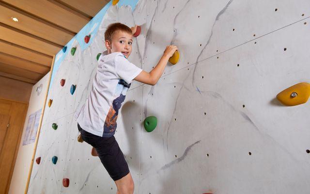 Kletterwand im Jugendraum