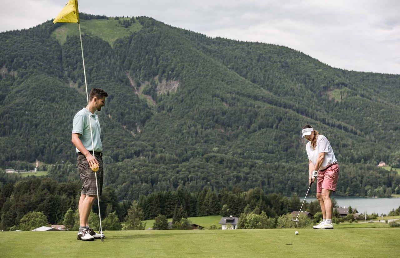 Pärchen auf dem Golfplatz
