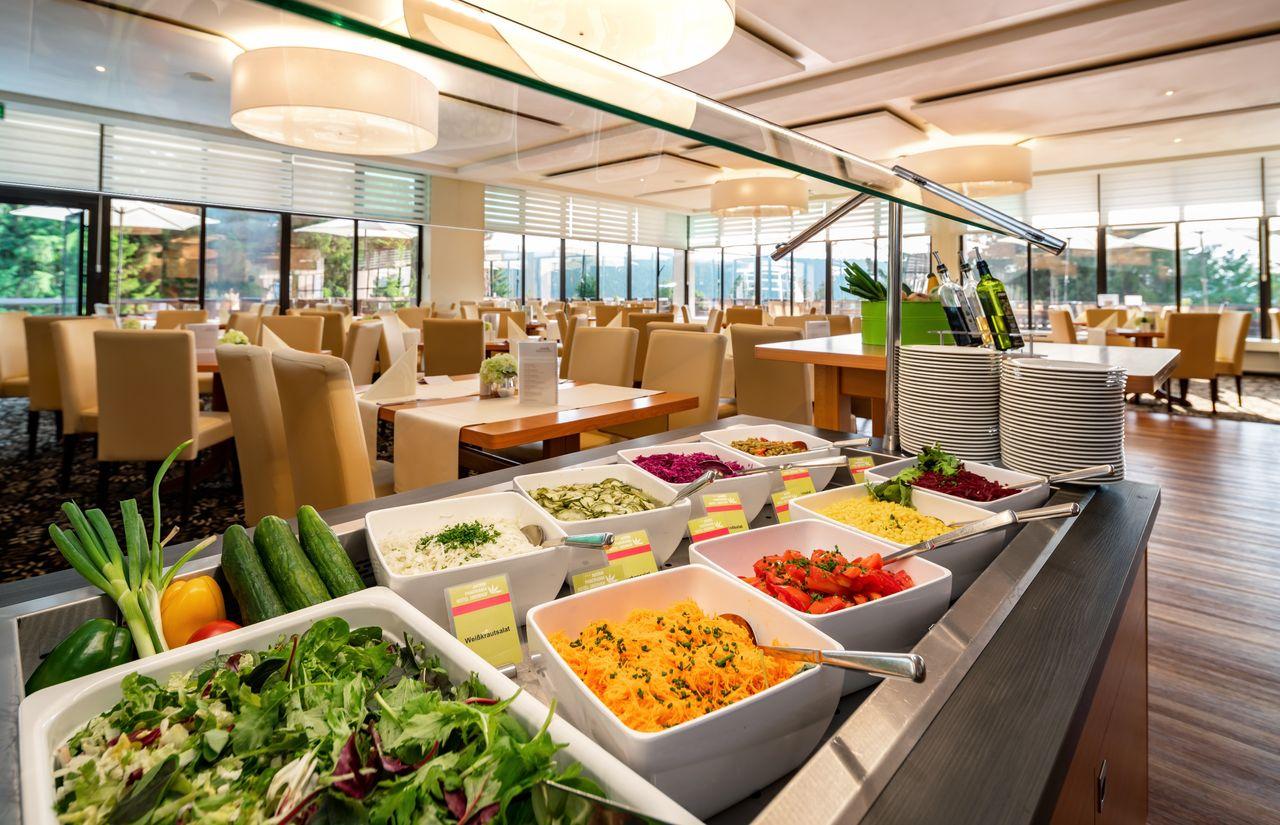 Salatbuffet des Kinderhotel Oberhof am Abend