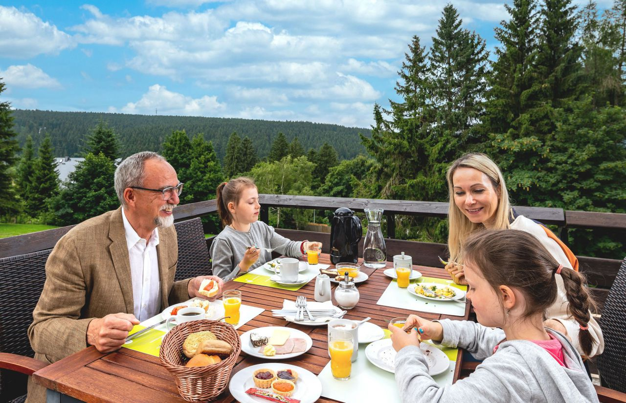 AHORN Panorama Hotel Oberhof - Frühstück-Terrasse-Familie
