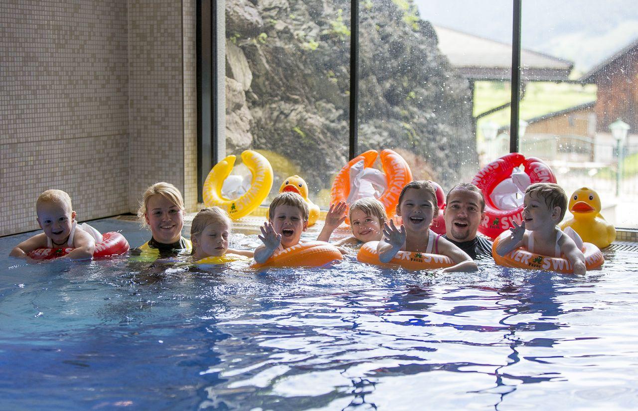 Kinder beim Schwimmkurs im Indoor Pool