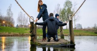 Familie auf dem Floß