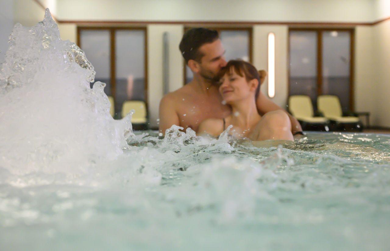 Schwimmbad Paar.jpg