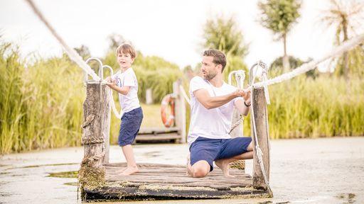 Vater mit Sohn auf dem Floß auf der Piraten-Insel-Usedom
