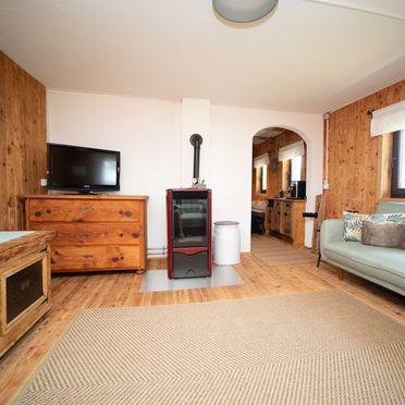 Wohnstube mit Ofen, Almhaus Herzstück in Preitenegg, Lavanttal, Kärnten, Österreich