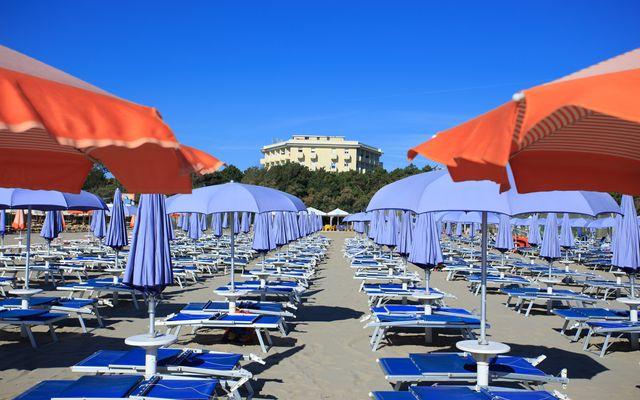 Liegen am Strand für Hotelgäste