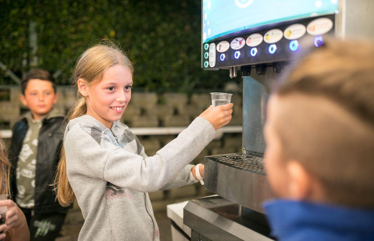 Selbstbedienung auch für Kinder an den Getränkeautomaten
