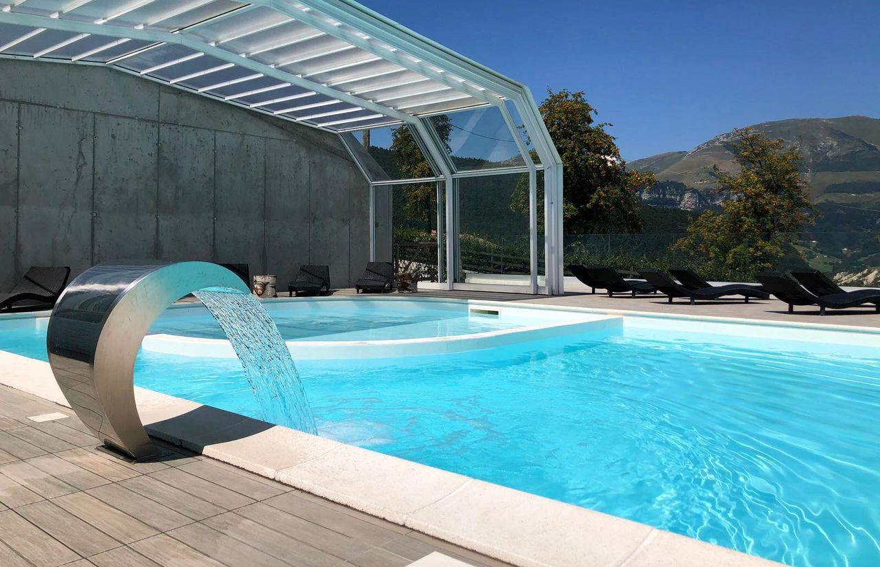 Der Pool des fabilia Family Hotel Polsa kann vom Innenpool zum Außenpool umgebaut werden