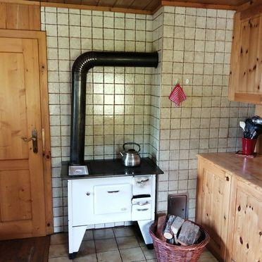 Küche mit Holzofenherd, Amberger Hütte in Paternion-Fresach, Nockregion, Kärnten, Österreich